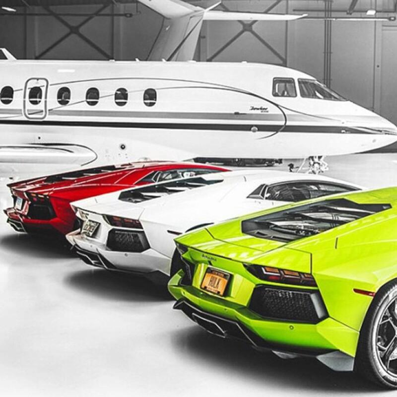 El canadiense ha comenzado a generar polémica en Instagram al publicar una fotografía de tres lujosos automóviles y un jet sin especificar si le pertenecen.