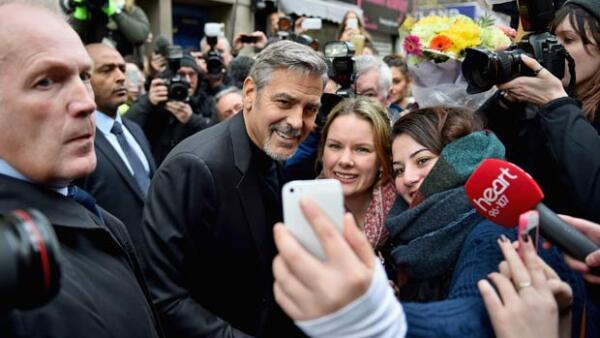 El actor visitó el café Social Bite, negocio que dona sus beneficios a las personas sin hogar. Durante su parada ahí, causó sensación con el personal.