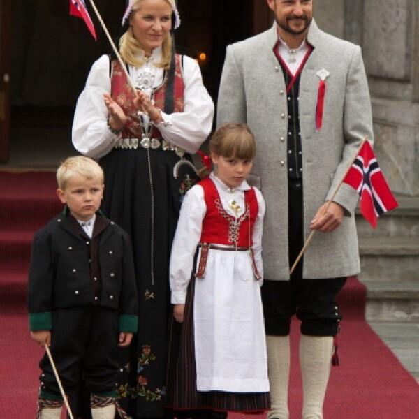 Príncipe Hakoon de Noruega con su esposa y sus hijos.