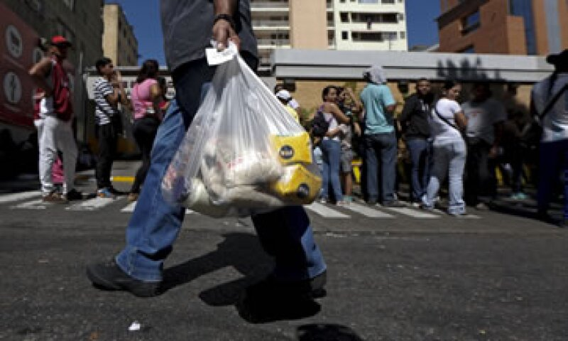 Una de las filas para comprar alimentos en Venezuela, que vive una crisis económica por diversos factores. (Foto: Reuters)