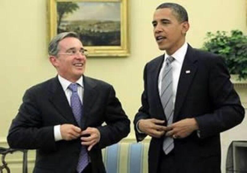 El mandatario de EU, Barack Obama (der) y el presidente colombiano, Álvaro Uribe (izq) se reunieron en Washington para deliberar sobre temas económicos, así como problemas de narcotráfico, pobreza y medio ambiente. (Foto: AP)
