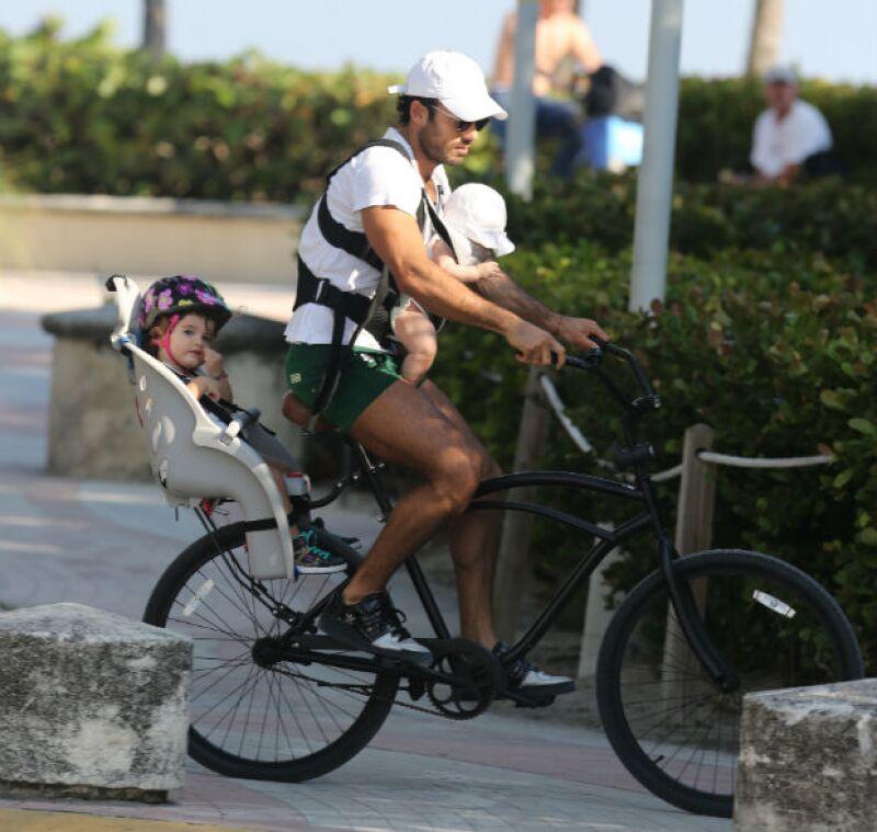 Un día soleado en Miami fue el mejor pretexto para que la atractiva pareja saliera de casa, tomara sus bicicletas y decidiera dar un divertido paseo junto a sus hijas Erin y Regina.