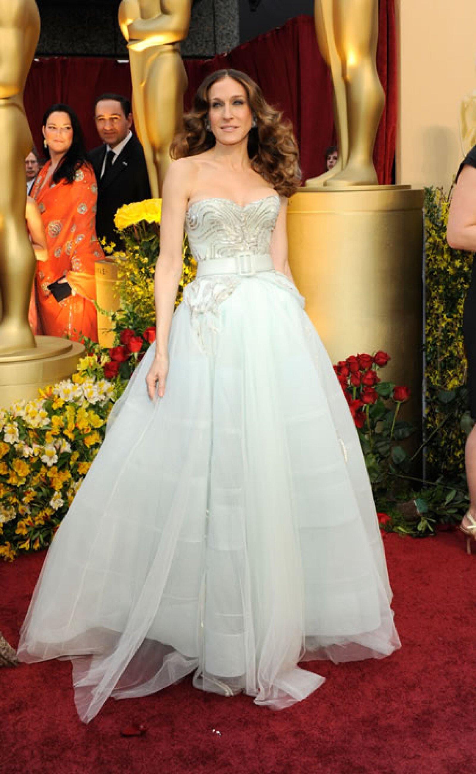 Carrie Bradshaw inmortazó al diseñador con su print de periódico, pero SJP se veía de ensueño en los Oscar del 2009 en Dior Haute Couture.