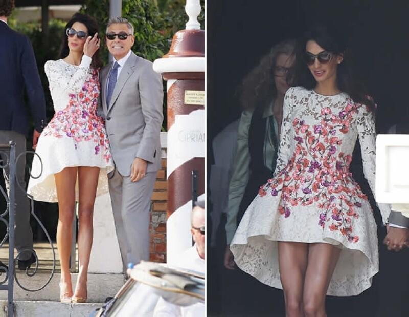 Con un look más fresco y juvenil, Amal usó el día de ayer un vestido Giambattista Valli y zapatos de la misma firma.
