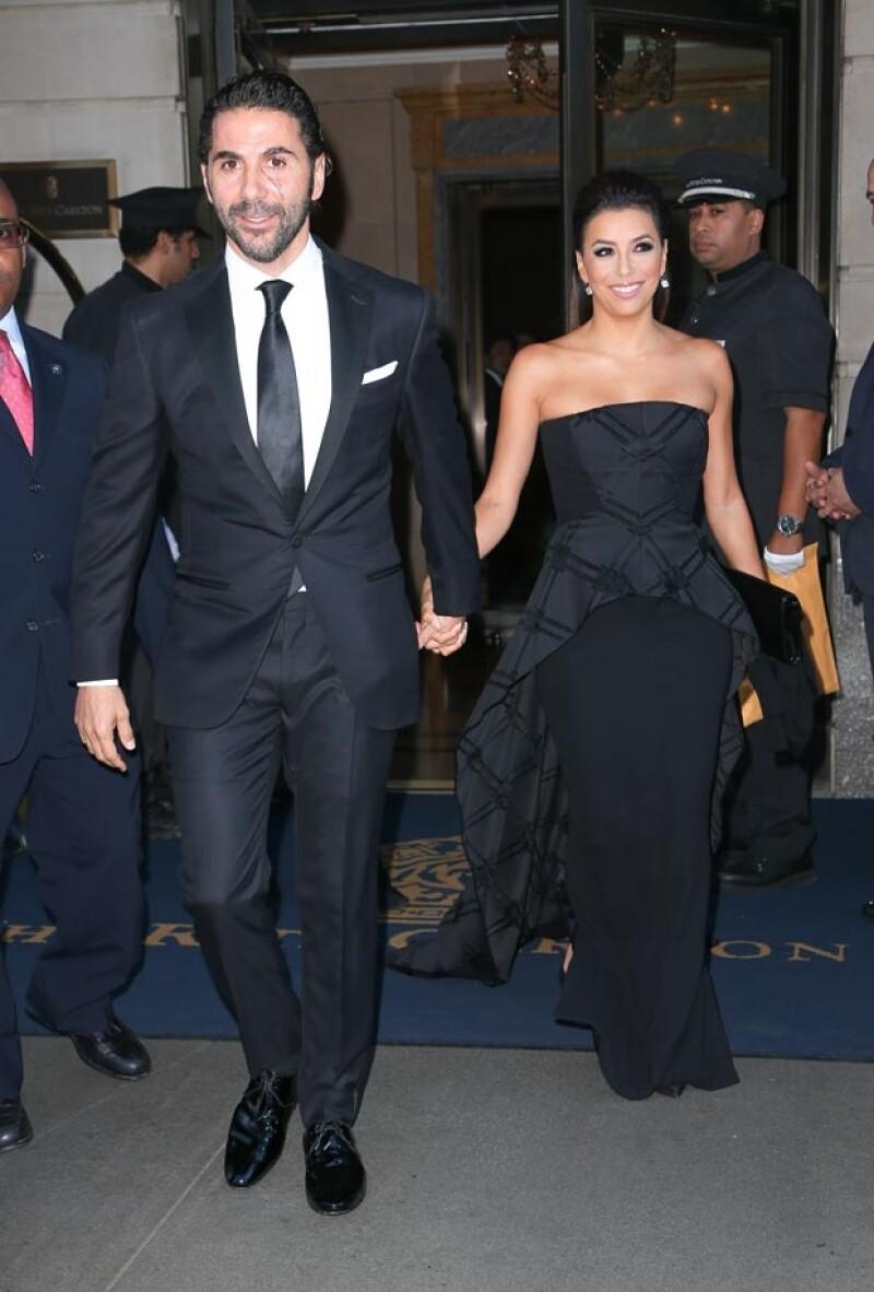 En todos los estilos, la pareja acapara la atención de los paparazzi. Este martes fueron captados cuando salían de su hotel luciendo un impecable estilo de noche.