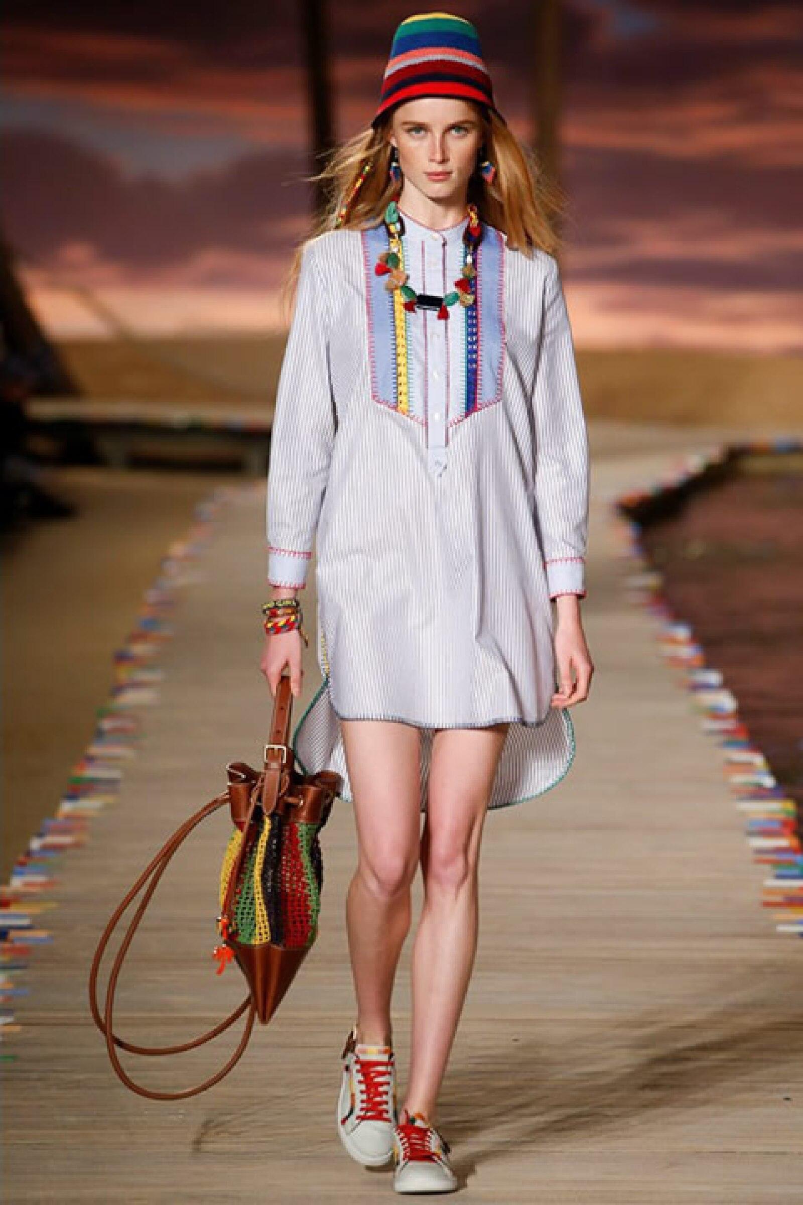 Camisa de vestido rayada con bolsa de crochet y sneakers deslavados.