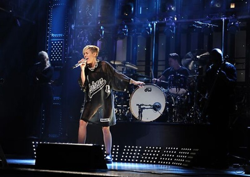 Miley cantó en vivo `Wrecking Ball´y `We Can´t Stop´unplugged.
