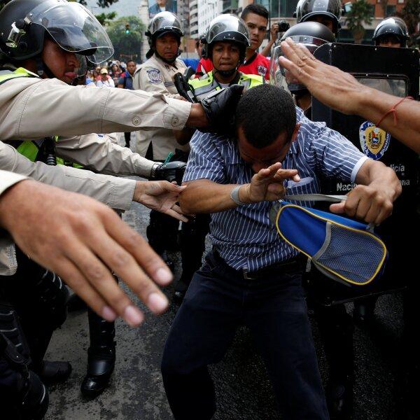 De acuerdo con integrantes de la Mesa de la Unidad Democrática, los manifestantes fueron dispersados con violencia por elementos de seguridad.