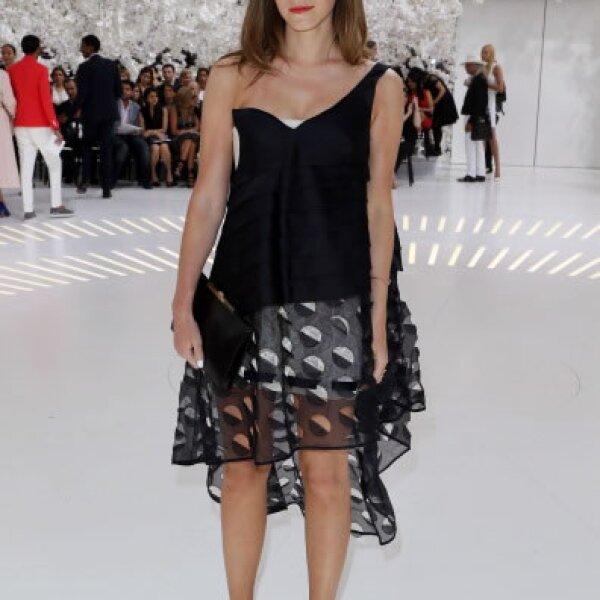 Emma en el show de Christian Dior, con vestido y zapatos de la misma firma, un cuff de Eva Fehren, aretes Vita Fede y anillo Selin Kent.