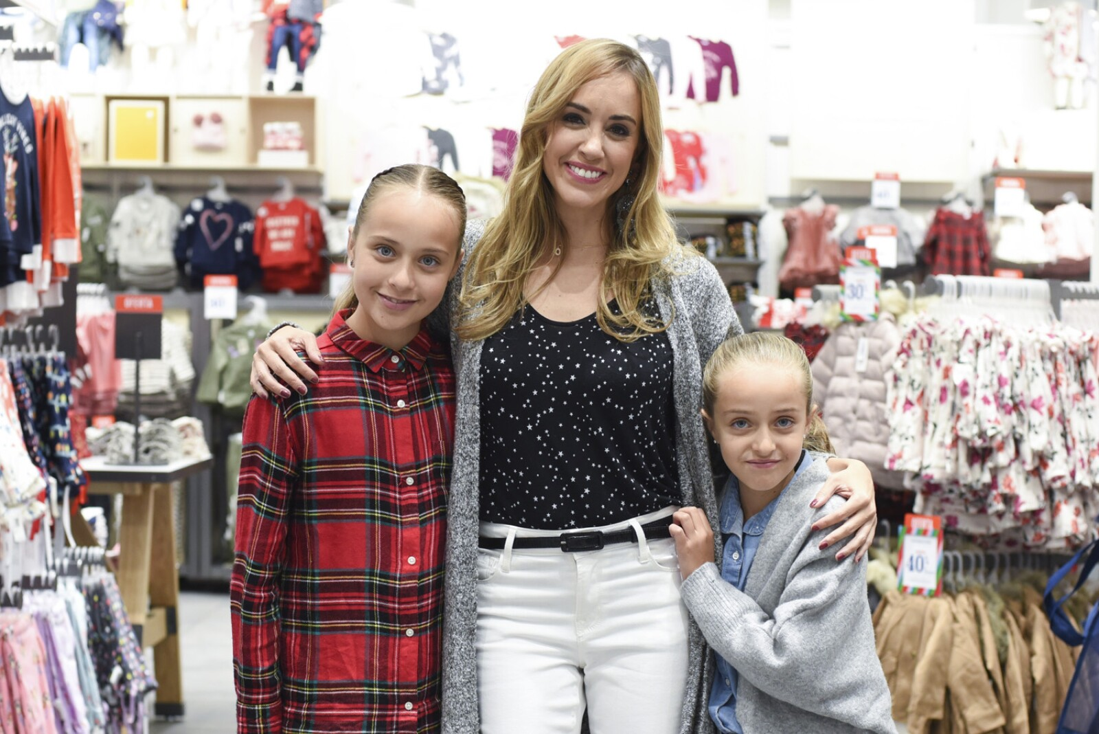 Olivia Peralta y sus hijas.jpg