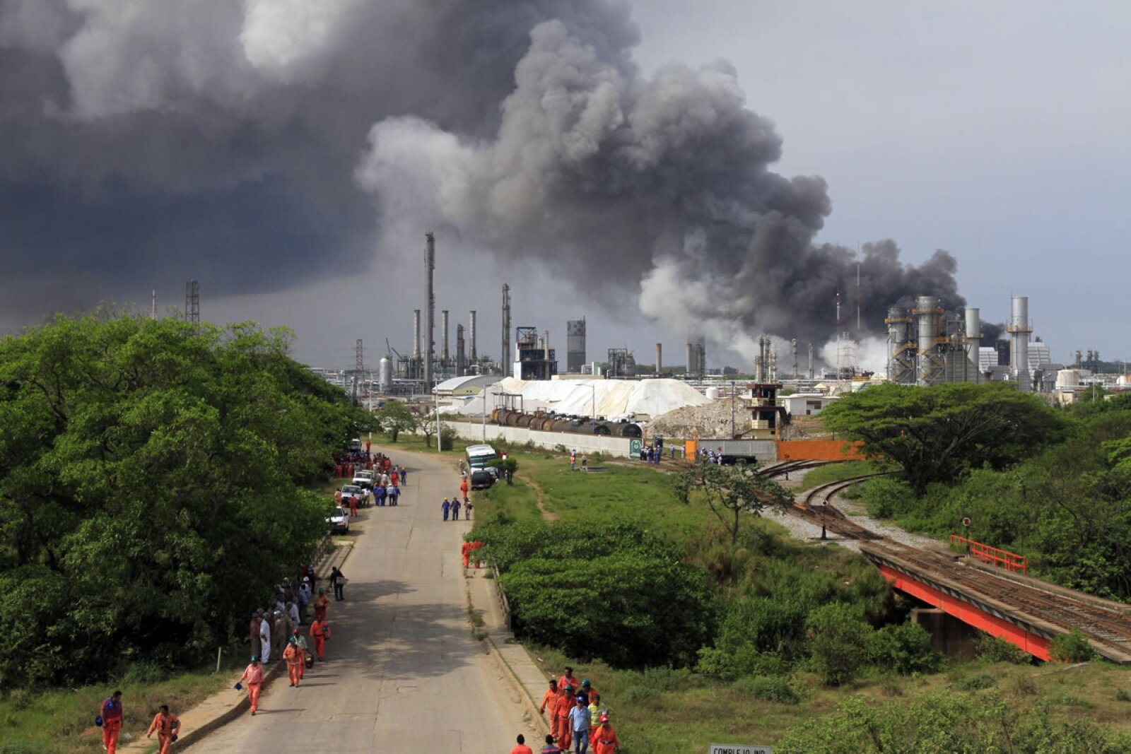 Se cuentan decenas de heridos tras explosión en refinería de Pajaritos.
