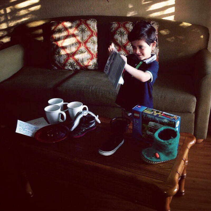 Iam, hijo de Claudia Lizaldi y Eamon Sheann abrió emocionado sus regalos desde Disneylandia.