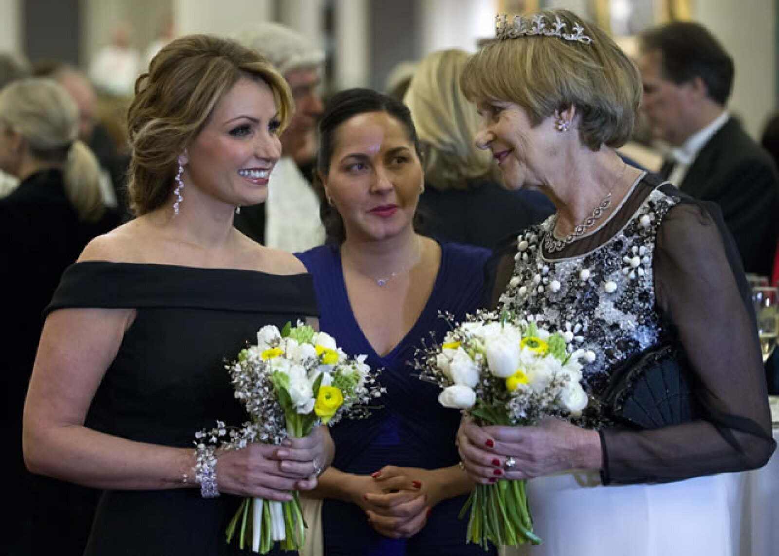 Tanto Gilly Yarrow como Angélica Rivera portaron un pequeño ramillete de flores.