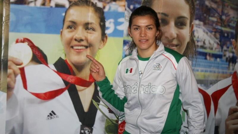 María del Rosario Espinosa muestra su medalla de oro