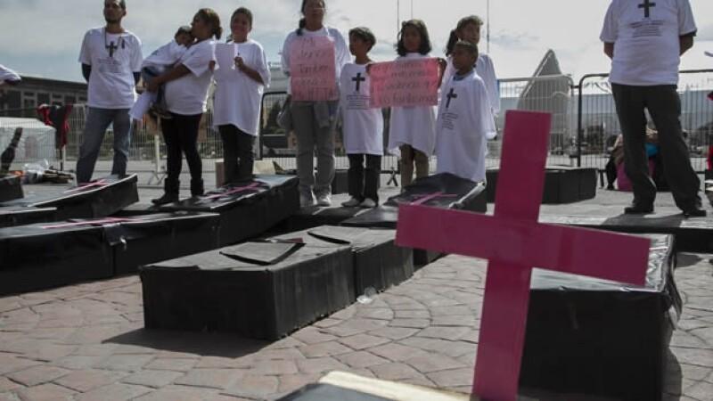 Integrantes de diversas organizaciones durante una manifestación frente a Palacio de Gobierno en Toluca, Estado de México