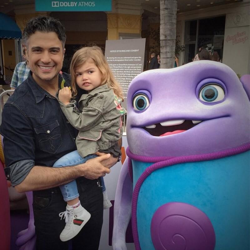 Al actor le gustó tanto la película, que llevó a Elena a tomarse una foto con los personajes.