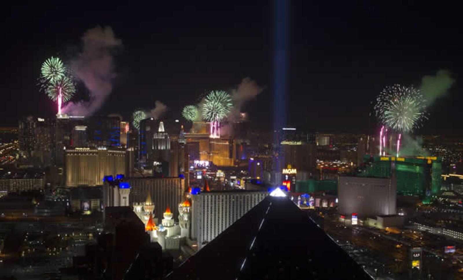Los fuegos artificiales cayeron sobre los techo de los casinos con  la visita aproximada de 335,000 turistas  a la ciudad del estado de Nevada.
