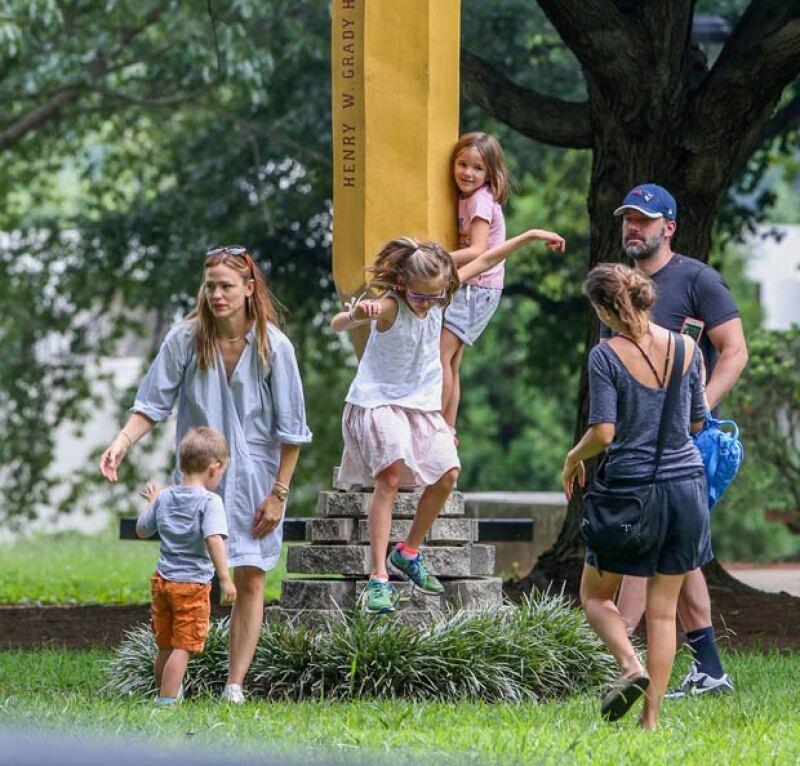 La ex pareja fue captada en Atlanta con sus tres hijos por primera vez, justo como en los viejos tiempos, como toda una familia en el parque.