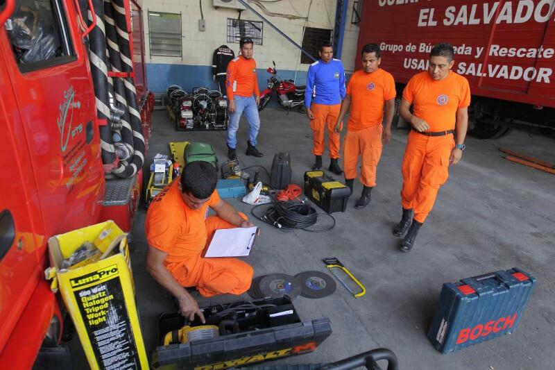 Socorristas del equipo Búsqueda y Rescate Urbano de El Salvador se prepara para salir a Ecuador con el fin de ayudar en tareas de rescate y humanitarias.