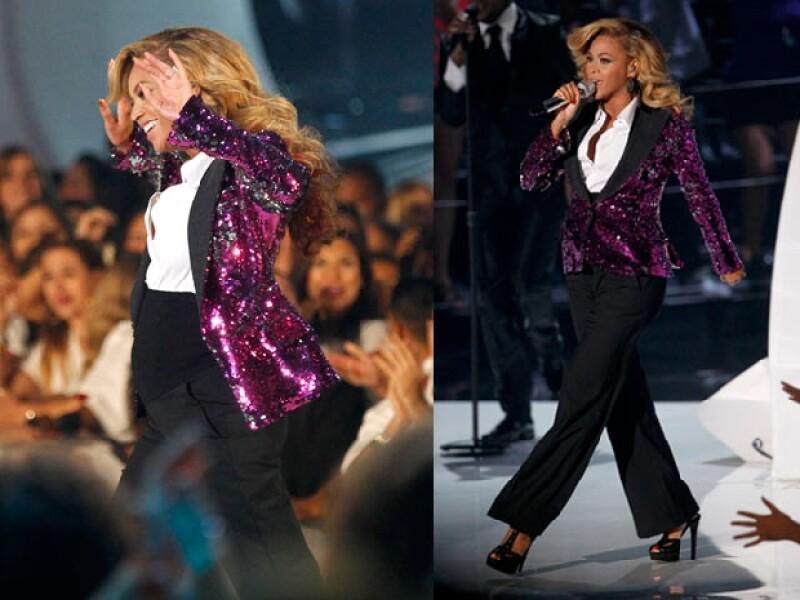 La cantante mostró que sabe bailar con tacones muy altos y embarazada.