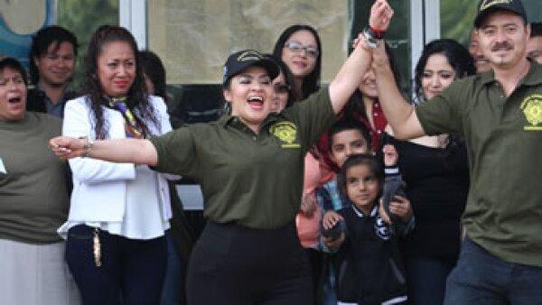 Nestora Salgado (centro) al salir de la prisión del Centro Femenil de Readaptación Social de Tepepan, en la Ciudad de México. (Foto: Cuartoscuro)