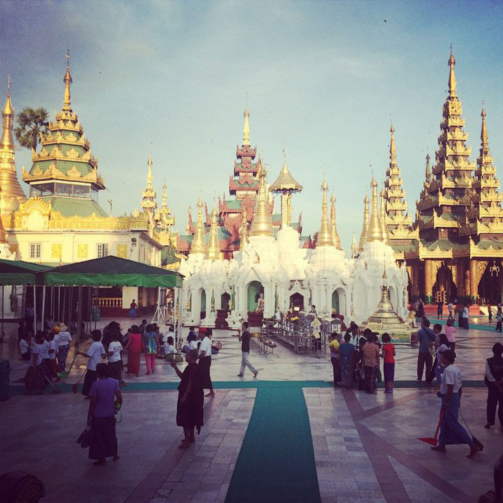 En el complejo religioso de Shwedagon en la ciudad de Rangún, antigua capital de Birmania.