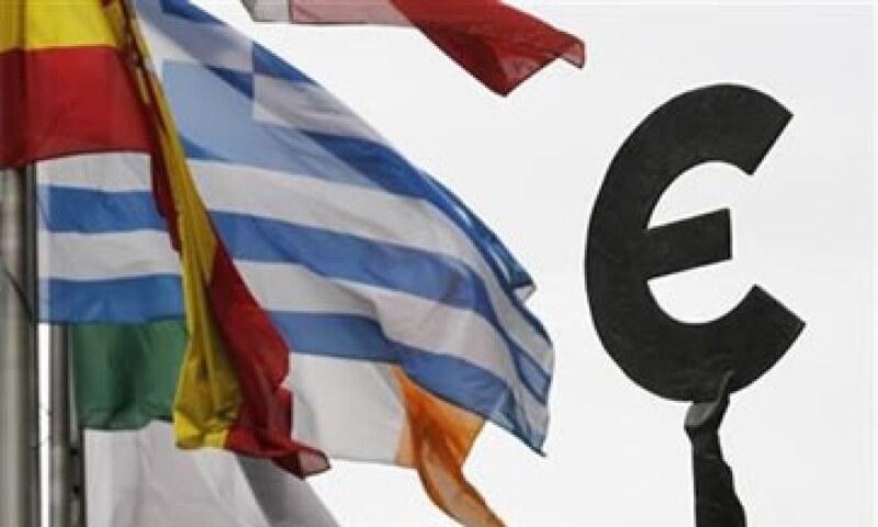 """El gabinete griego acordó recortar las pensiones más altas en 20%, colocar a 30,000 funcionarios en """"reserva laboral"""". (Foto: Reuters)"""