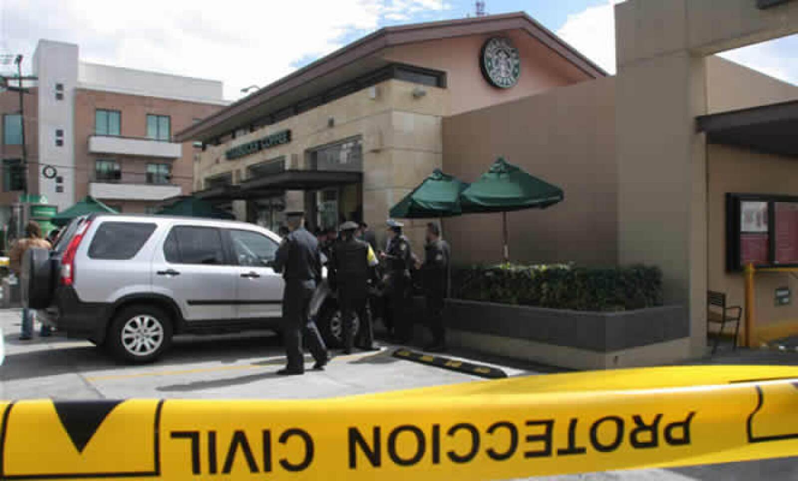 La PGR perdió a otro de sus testigos protegidos a manos de un comando armado. Un Starbucks de la colonia del Valle fue la escena del crimen y las redes sociales fueron la voz que narró el hecho; menos de 15 minutos después del asesinato, 'Starbuks México'