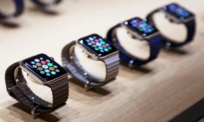 Apple no confirmó los motivos detrás de esta nueva estrategia para vender el Apple Watch en línea. (Foto: Reuters )