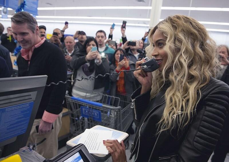 La cantante envió un mensaje navideño drigido a aquellos que hacían sus compras en el lugar.