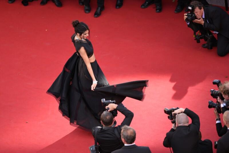 La modelo jugó con su vestido antes los fotógrafos que se morían por retratarla, justo como lo hizo Lupita.