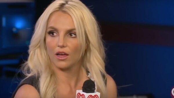 Britney parece no dar crédito de escuchar que a Ryan le gustan las mujeres.