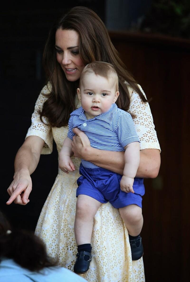 Kate MIddleton y el príncipe George durante su gira por Australia y Nueva Zelanda.