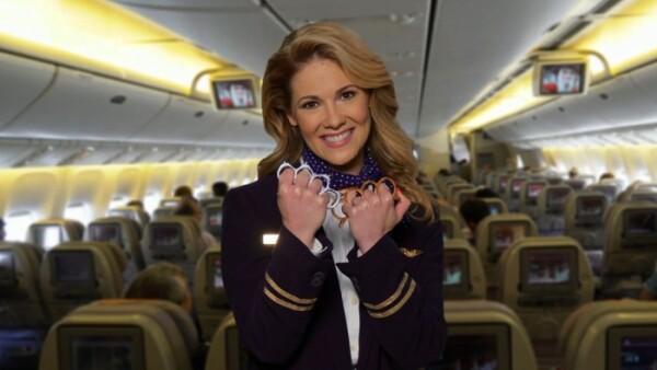 Azafata sonriente y amenazante: la burla al fiasco de United Airlines