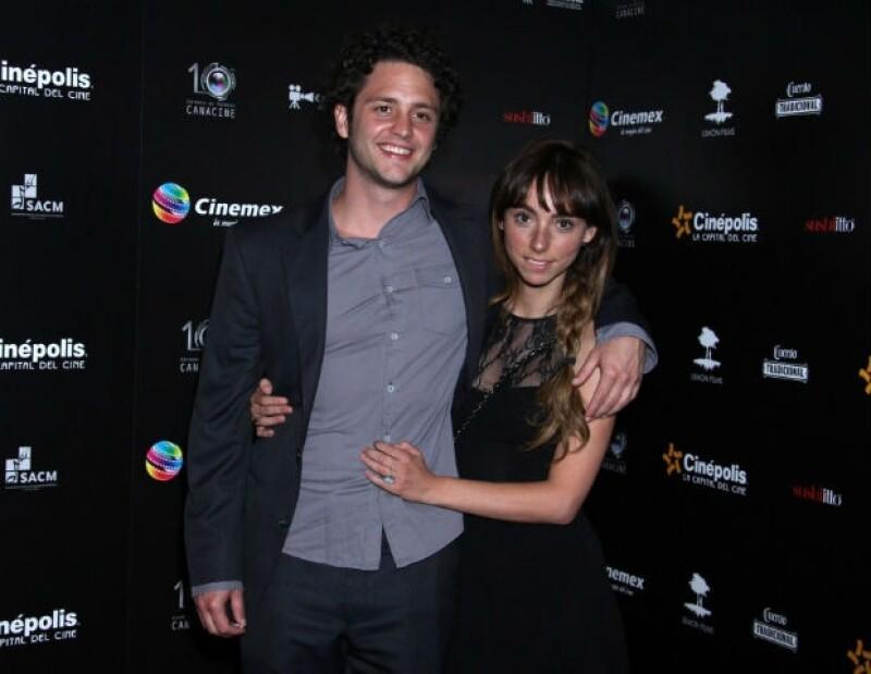 El actor y cantante nos presumió su noviazgo con la conductora Natalia Téllez, con quien llegó acompañado a los Premios Canacine.