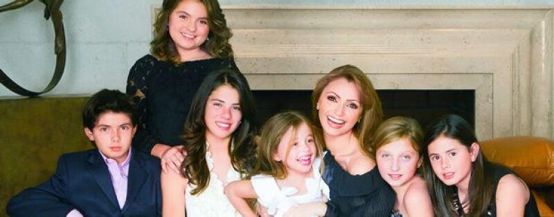 La actriz nos cuenta cómo se lleva con los hijos del gobernador del Estado de México y de cómo se han adaptado sus hijas a la nueva situación.