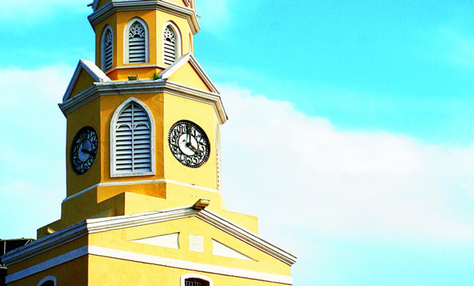 La torre del reloj se apoya sobre la puerta principal de la antigua ciudad amurallada, que en su época colonial fue testigo de intentos de invasiones extranjeras.