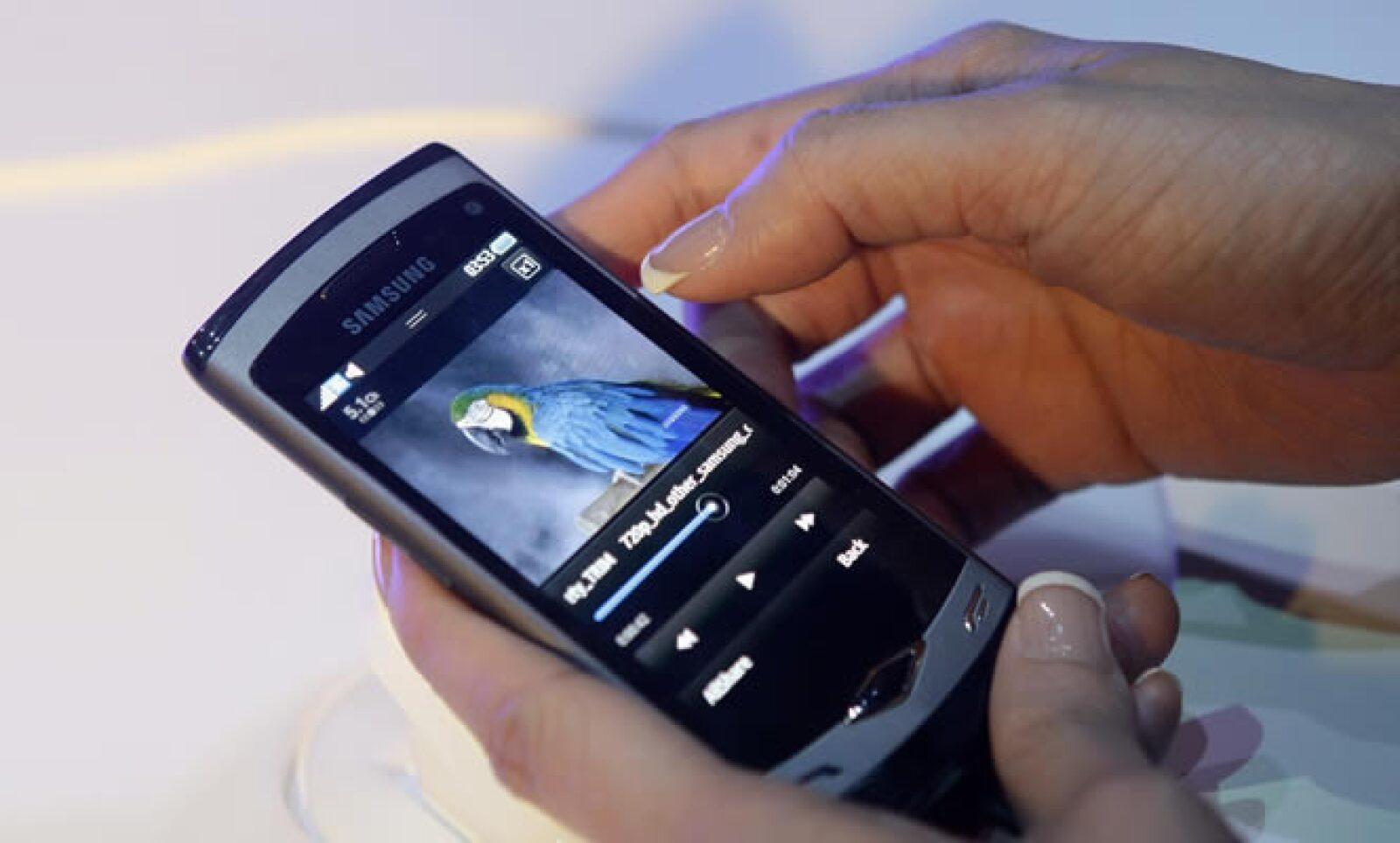 La firma de electrónicos de origen coreano, Samsung, lanzó al público smarthphones para volver a luchar por el mercado de la telefonía celular. En la imagen, móvil Wave con acceso a Internet vía wireless y 3G.