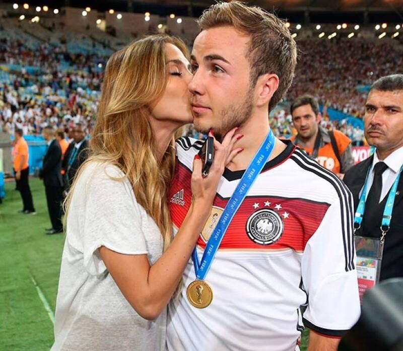 El goleador fue consentido por su novia tras anotar el gol del triunfo.