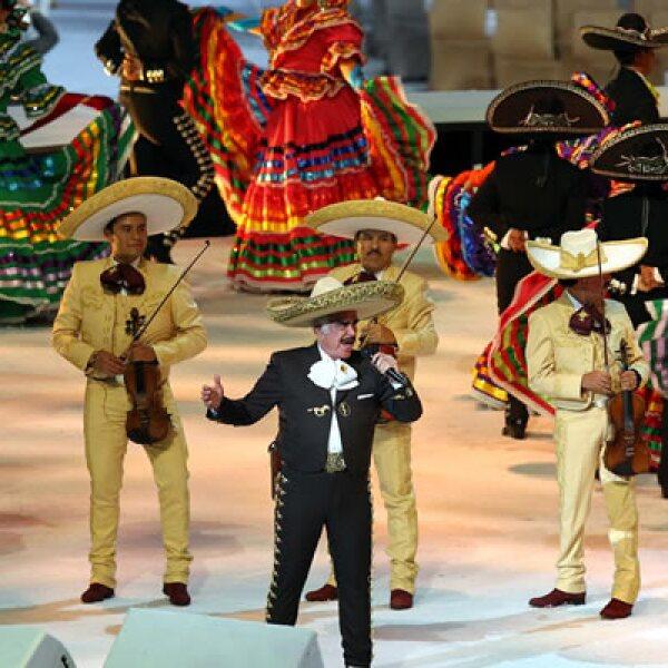 Vicente Fernández inició el espectáculo cantando el himno de México a capella y luego siguió con clásicos de mariachi rodeado de charros montados a caballo y bailarines típicos.
