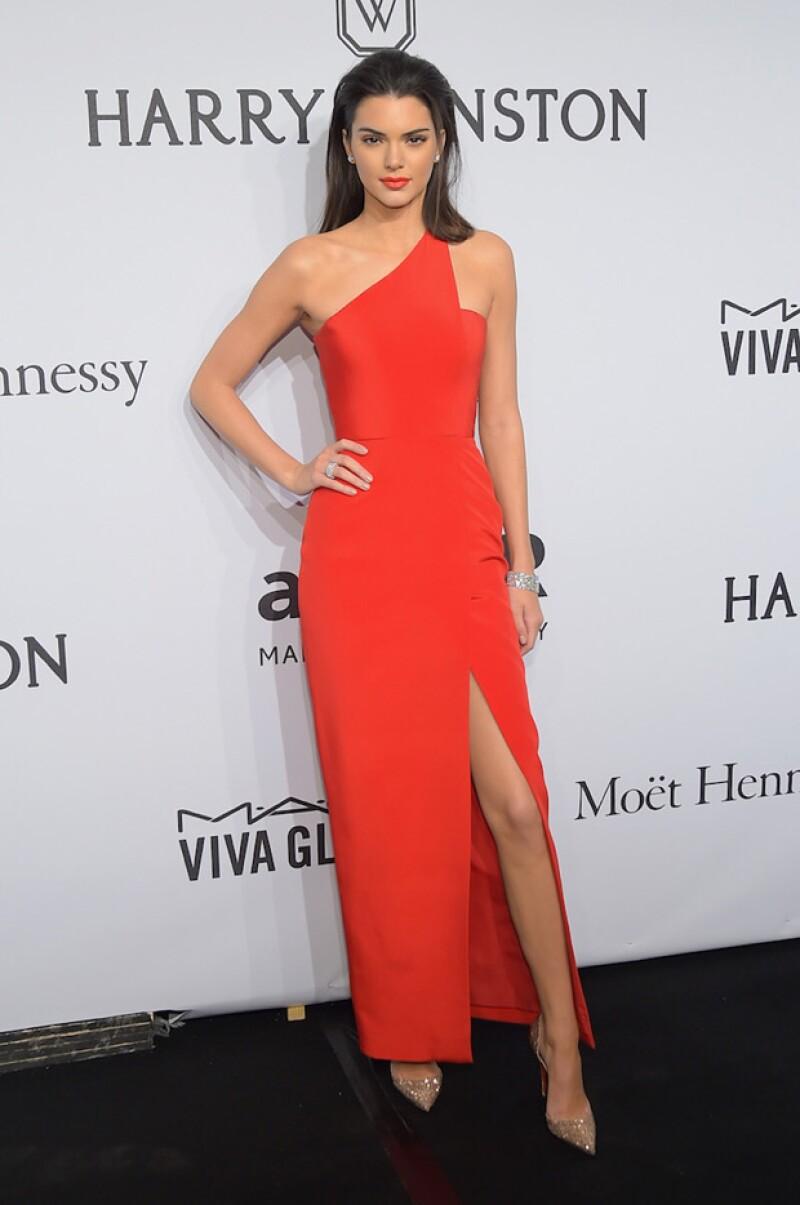 Kendall cuida mucho sus outfits de alfombra roja, siempre se ve elegante.