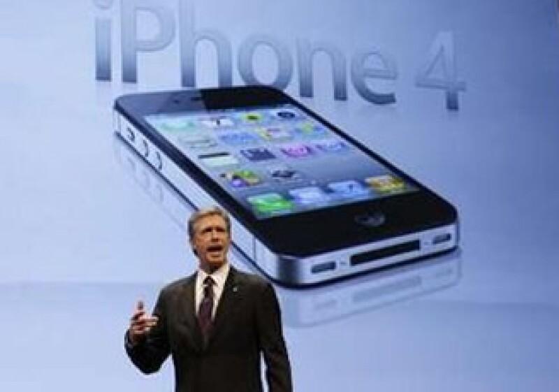 Dan Mead, presidente de Verizon, presumió el mes pasado la venta del iPhone 4 en las tiendas de la compañía en EU. (Foto: Reuters)