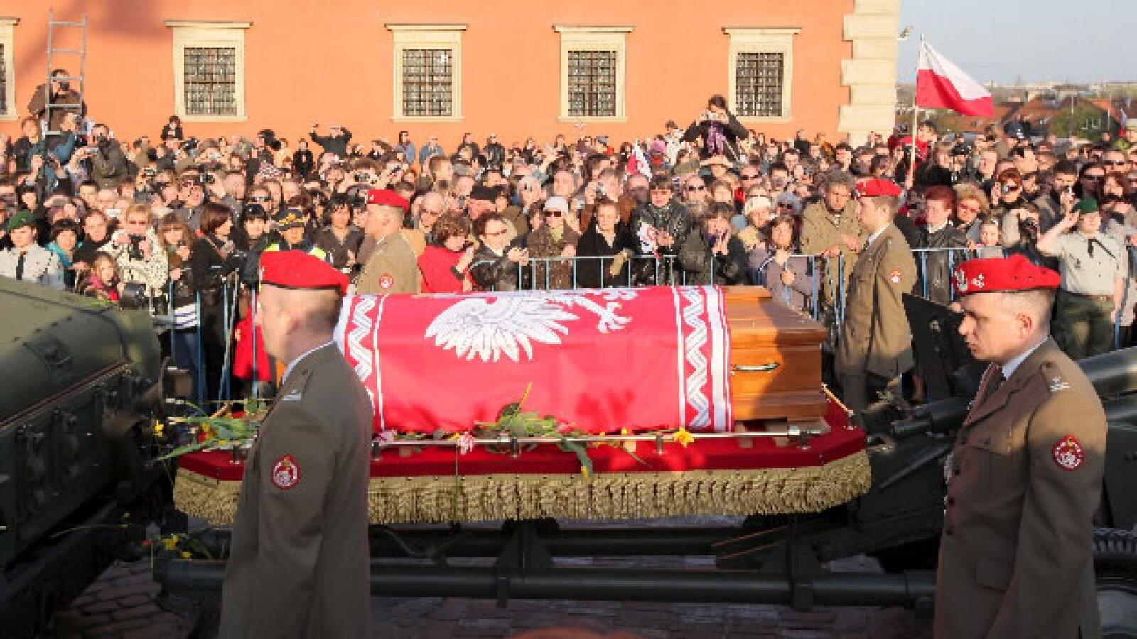Cortejo fúnebre que contiene los restos mortales de la pareja presidencial