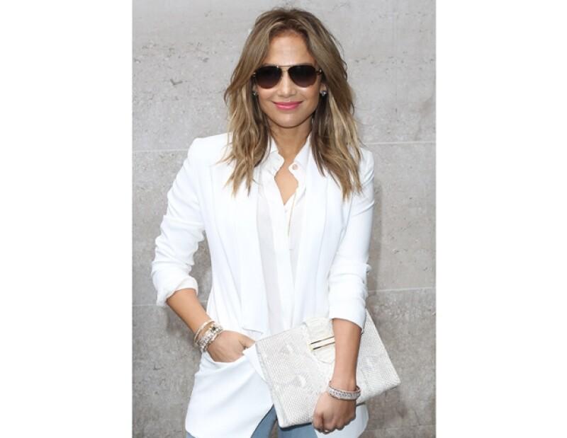 La cantante y actriz comentó que hay famosas que usan trajes más reveladores que el de ella, de hecho, portó el mismo en los Billboard donde no recibió comentarios negativos.