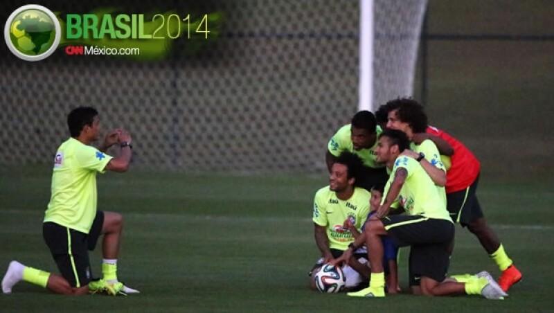 El menor de edad que logró burlar la seguridad del entrenamiento de Brasil se logró tomar una foto con los jugaodres