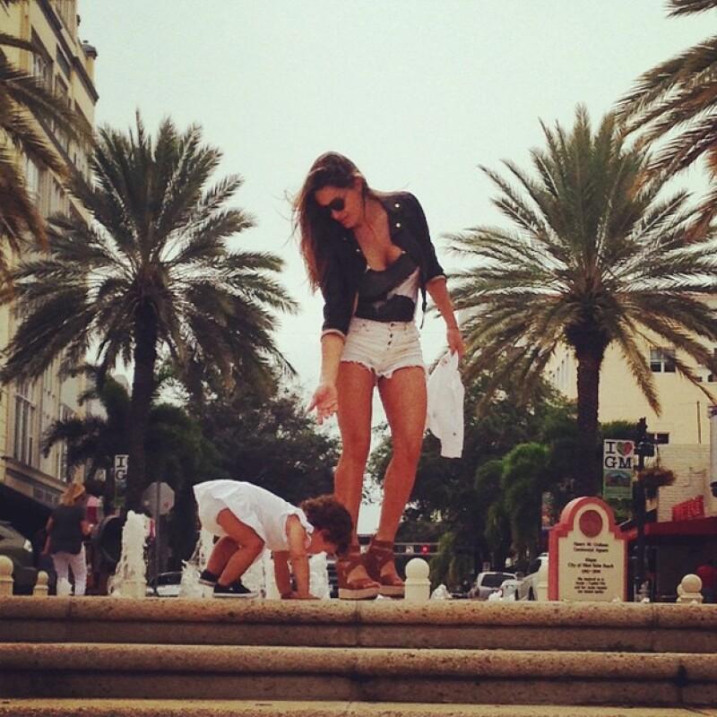 La argentina novia de Aarón Díaz salió a dar un paseo por 'Palm Beach' acompañada de su hija mayor en lo que parece ser una escapada de su amado Miami.