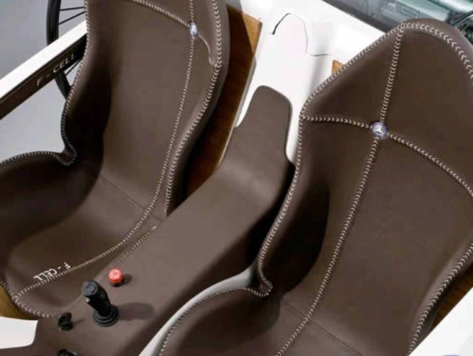 Los asientos son de fibra de carbono recubiertas con cuero cosido a mano.
