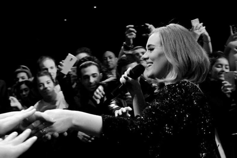 La cantante posó de manera divertida para la cámara de una fanática que viajó desde otra ciudad para asistir a su concierto.