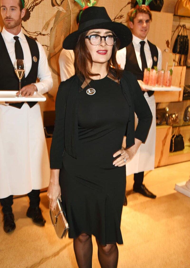 Sin importar el outfit que porte, Salma siempre logra impresionar con sus elecciones. La prueba está aquí en la fiesta de Stella McCartney en Londres hace unos días.