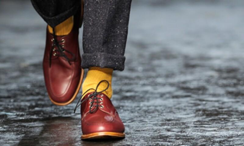 Se vale utlizar calcetines que tengan cierto contraste con tu traje. (Foto: Getty Images )